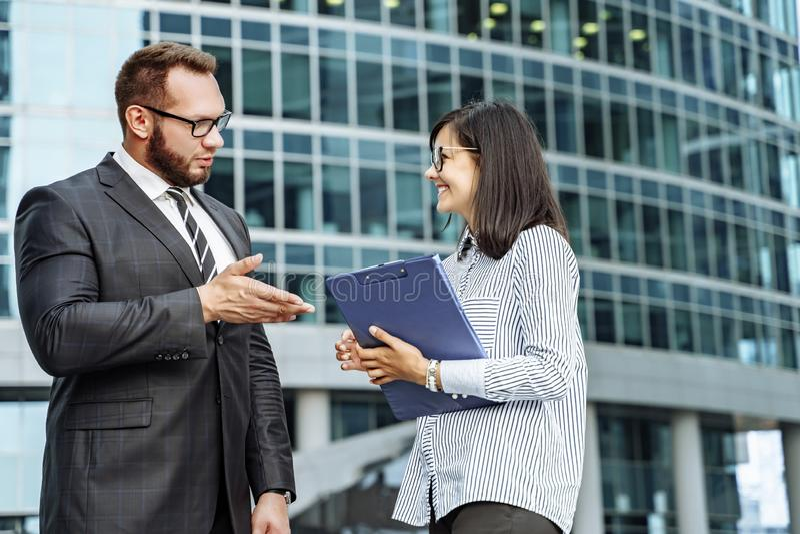 Σύγχρονη επιχείρηση 'brainstorming' επιχειρησιακών ομάδων Επιτυχής επιχειρησιακός άνδρας και νέα επικοινωνία γυναικών στοκ φωτογραφία με δικαίωμα ελεύθερης χρήσης
