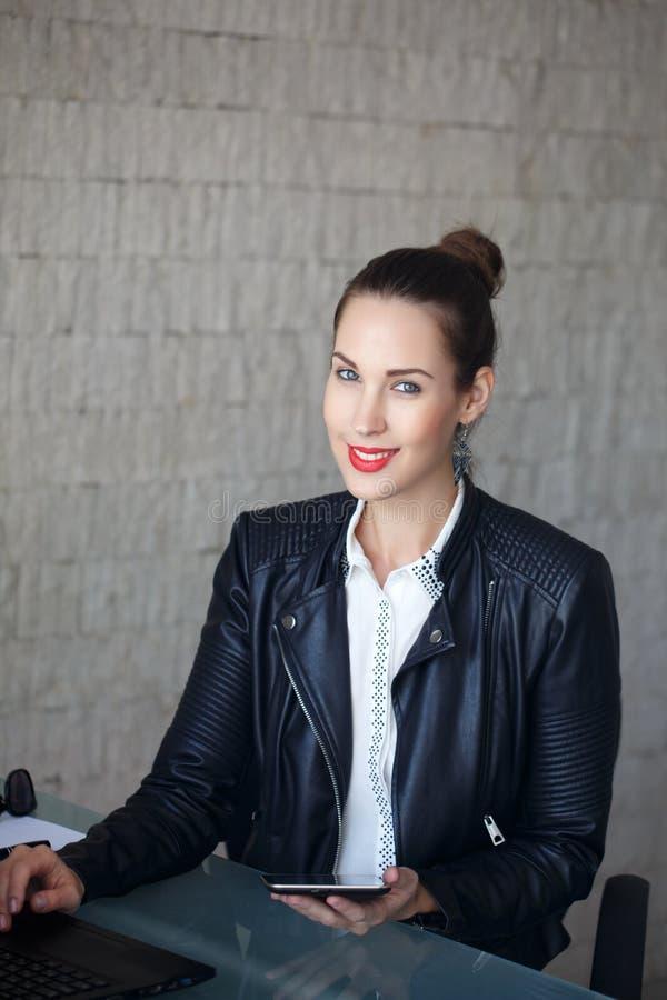 Σύγχρονη επιχειρηματίας στο σακάκι δέρματος στοκ φωτογραφίες