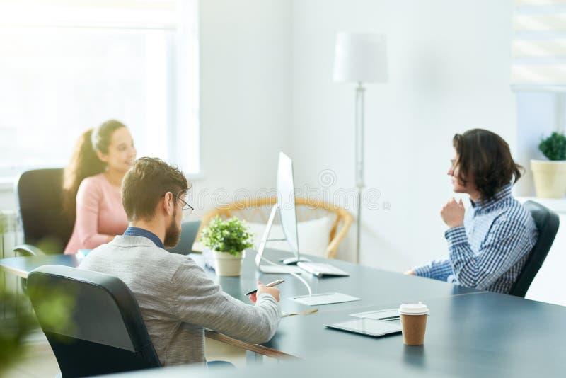 Σύγχρονη επιχειρησιακή συνεδρίαση των ανώτερων υπαλλήλων στοκ φωτογραφίες