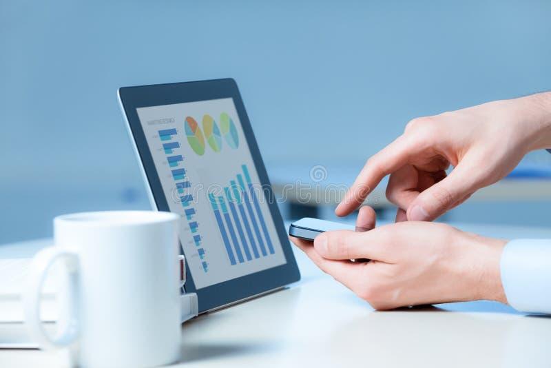 σύγχρονη εργασία συσκευών επιχειρηματιών στοκ εικόνες