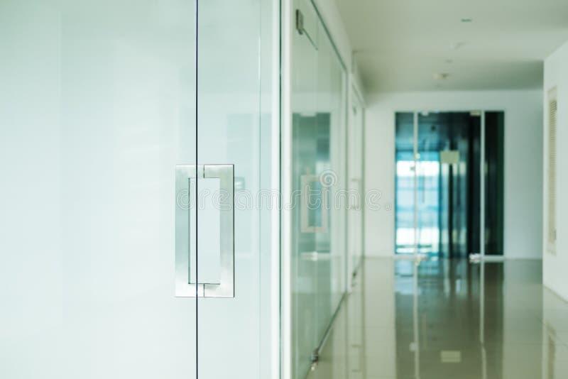 Σύγχρονη εσωτερική, εκλεκτική εστίαση γραφείων doorknob στοκ εικόνες με δικαίωμα ελεύθερης χρήσης
