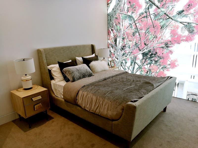 Σύγχρονη εσωτερική κρεβατοκάμαρα σχεδίου με τις ακολουθίες κρεβατιών στοκ φωτογραφία