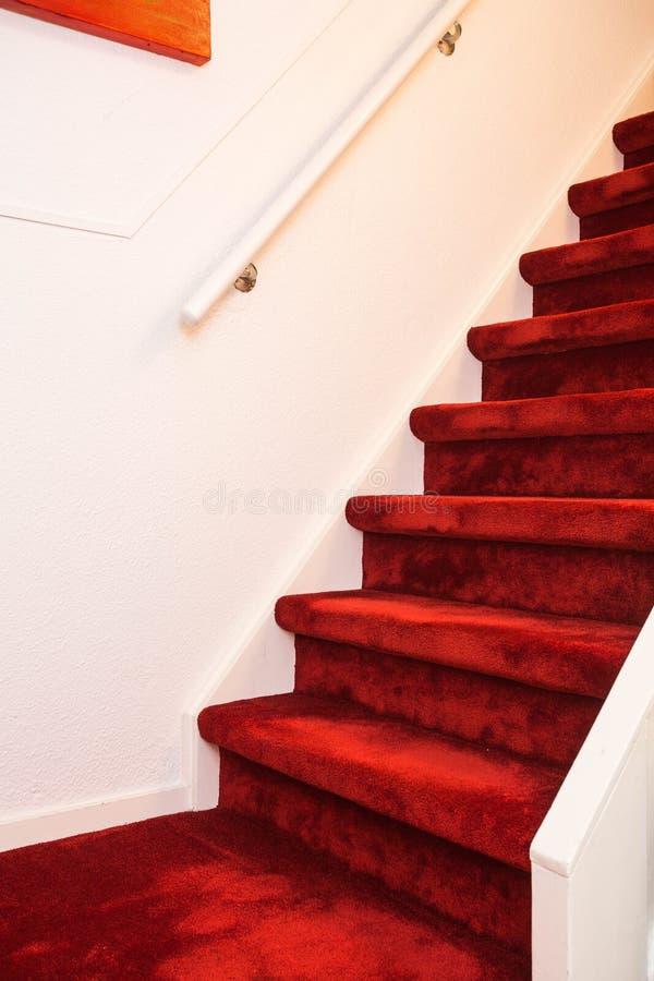 Σύγχρονη εσωτερική μαρμάρινη σκάλα με το κόκκινο χαλί στοκ φωτογραφία με δικαίωμα ελεύθερης χρήσης