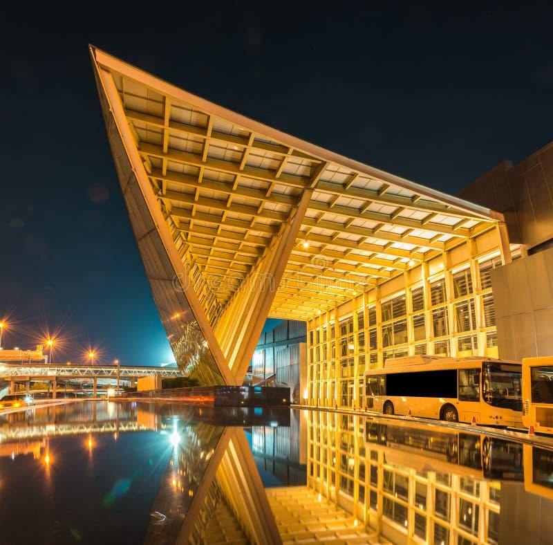 Σύγχρονη εφαρμοσμένη μηχανική αρχιτεκτονικής τη νύχτα στοκ εικόνα