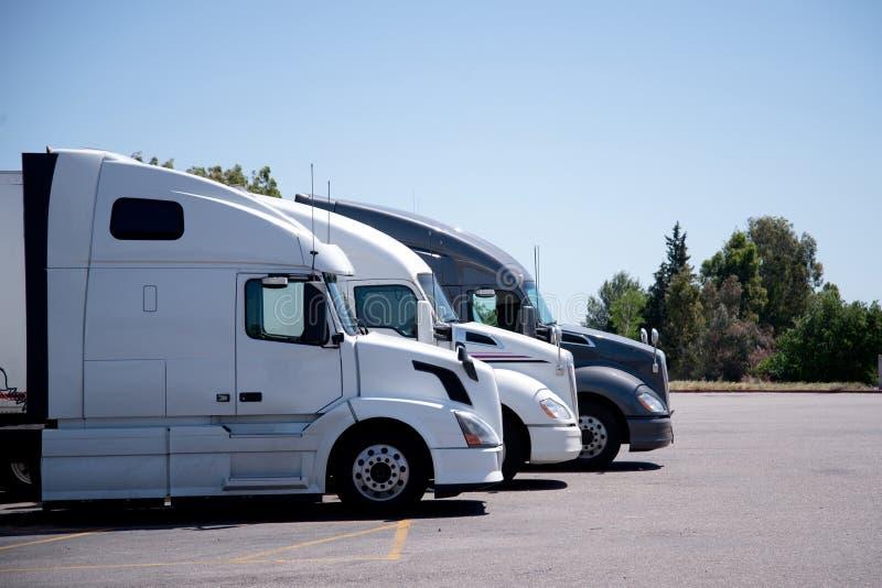 Σύγχρονη ημι στάση φορτηγών στη σειρά στο διάστημα χώρων στάθμευσης στάσεων φορτηγών στοκ φωτογραφία με δικαίωμα ελεύθερης χρήσης