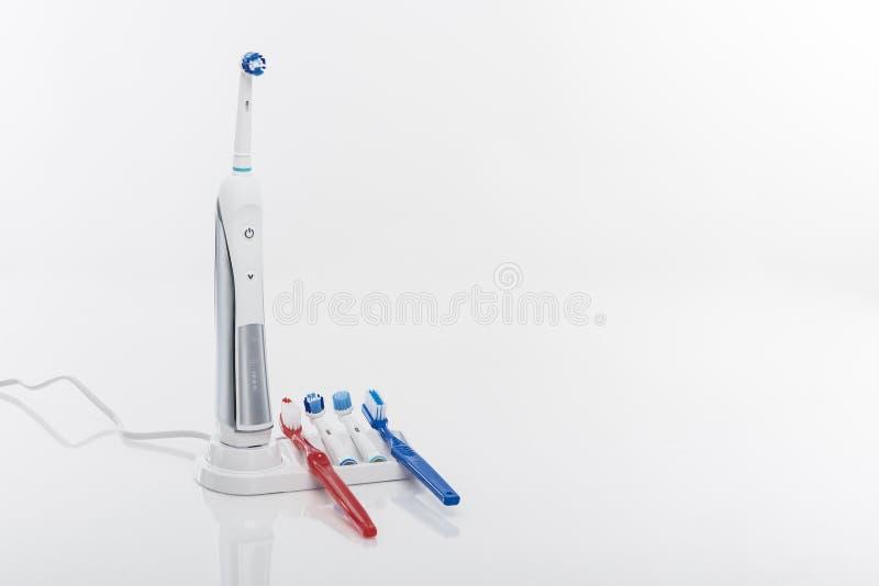 Σύγχρονη ηλεκτρική οδοντόβουρτσα στο λίκνο με τα εφεδρικά κεφάλια βουρτσών στοκ φωτογραφίες