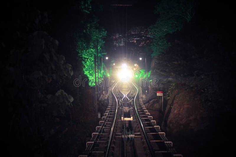 Σύγχρονη η οδηγός-λιγότερη βιασύνη τραίνων μετρό προς τα εμπρός, κατά μήκος της νύχτας Μαλαισία, φωτεινός δρόμος ανάβει τη νύχτα στοκ φωτογραφίες με δικαίωμα ελεύθερης χρήσης