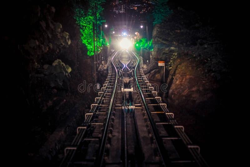 Σύγχρονη η οδηγός-λιγότερη βιασύνη τραίνων μετρό προς τα εμπρός, κατά μήκος της νύχτας Μαλαισία, φωτεινός δρόμος ανάβει τη νύχτα στοκ φωτογραφία