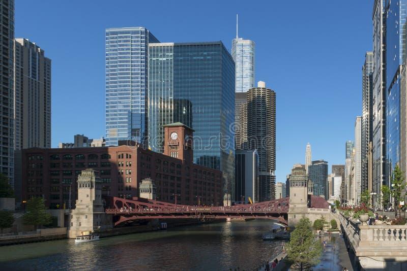 Σύγχρονη και εκλεκτής ποιότητας αρχιτεκτονική του Σικάγου riverfront στοκ εικόνα