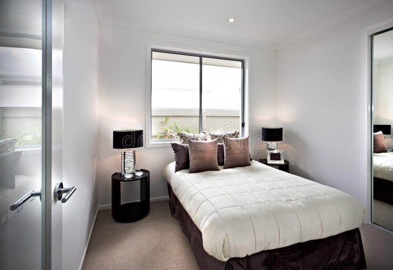 Σύγχρονη και κλασική κρεβατοκάμαρα με τα παράθυρα και τους λαμπτήρες στοκ φωτογραφία με δικαίωμα ελεύθερης χρήσης