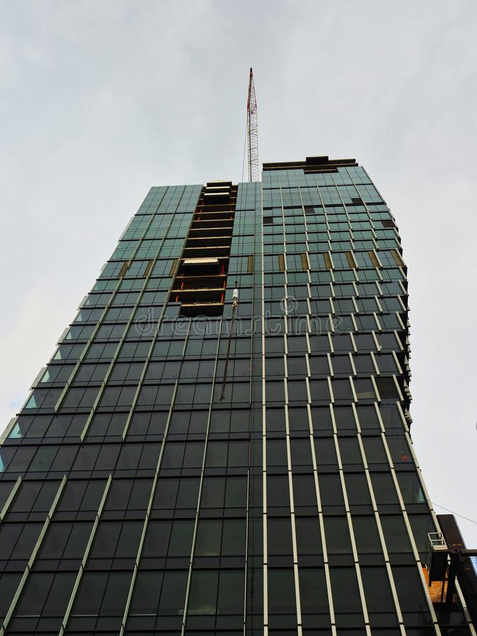 Σύγχρονη κατασκευή πύργων γραφείων τη νεφελώδη και βροχερή ημέρα, Σίδνεϊ, Αυστραλία στοκ εικόνα
