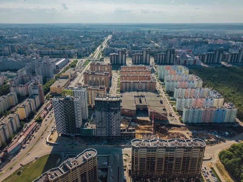 Σύγχρονη κατοικήσιμη περιοχή σε Voronezh, εναέρια άποψη από τον κηφήνα στη θερινή ημέρα στοκ φωτογραφίες