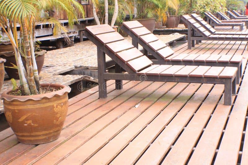 Σύγχρονη καφετιά ξύλινη καρέκλα βιλών λιμνών στοκ φωτογραφίες