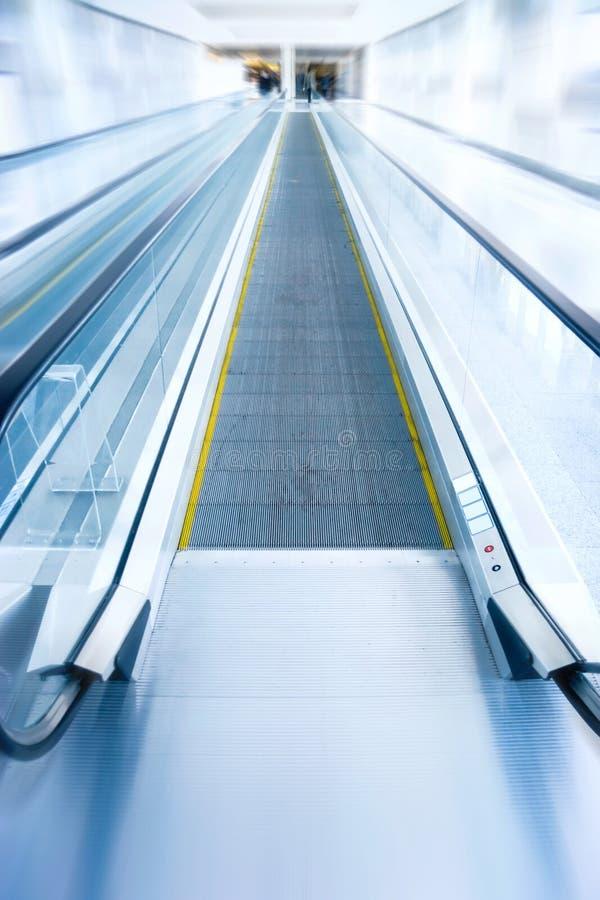 σύγχρονη κινούμενη σκάλα εμπορικών κέντρων στοκ φωτογραφίες με δικαίωμα ελεύθερης χρήσης