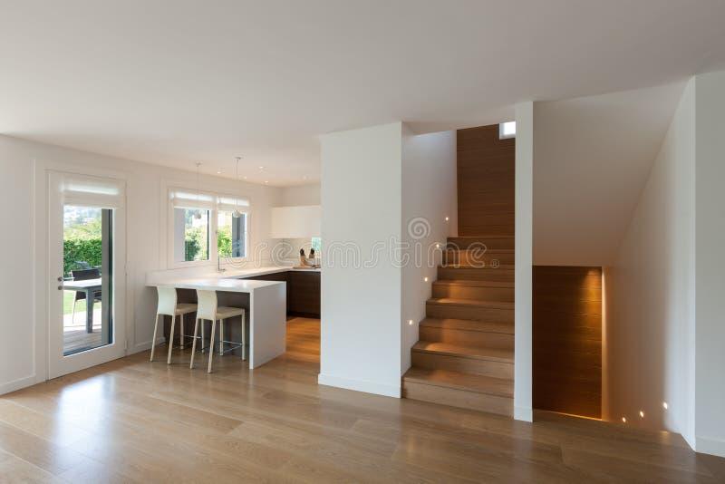 Σύγχρονη κουζίνα και ευρεία αίθουσα στοκ φωτογραφία με δικαίωμα ελεύθερης χρήσης