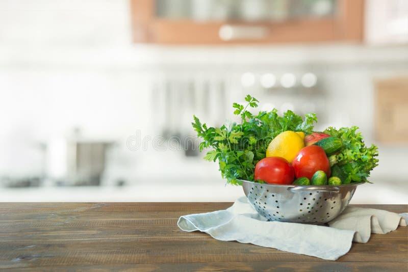 Σύγχρονη κουζίνα με τα φρέσκα λαχανικά ξύλινο tabletop, διάστημα για σας και τα προϊόντα επίδειξης στοκ φωτογραφία με δικαίωμα ελεύθερης χρήσης