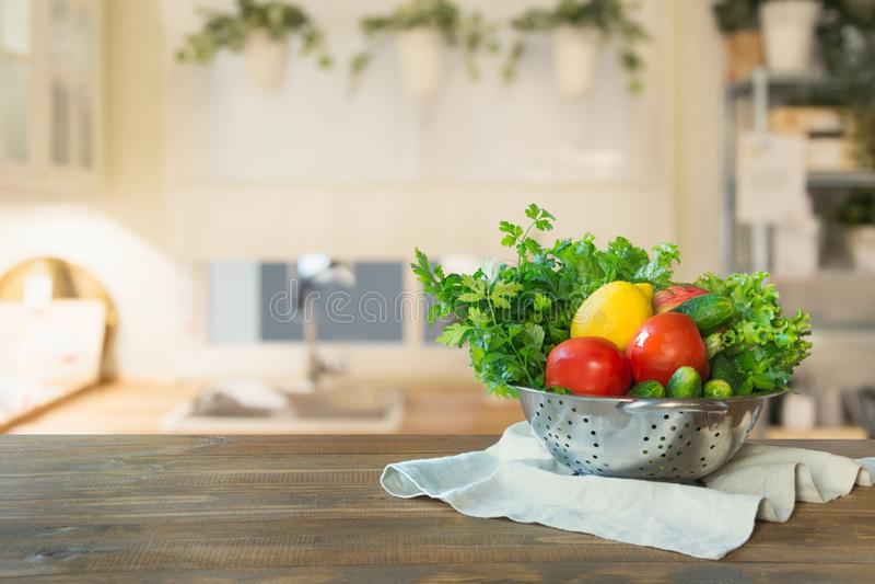 Σύγχρονη κουζίνα με τα φρέσκα λαχανικά ξύλινο tabletop, διάστημα για σας και τα προϊόντα επίδειξης στοκ φωτογραφίες με δικαίωμα ελεύθερης χρήσης