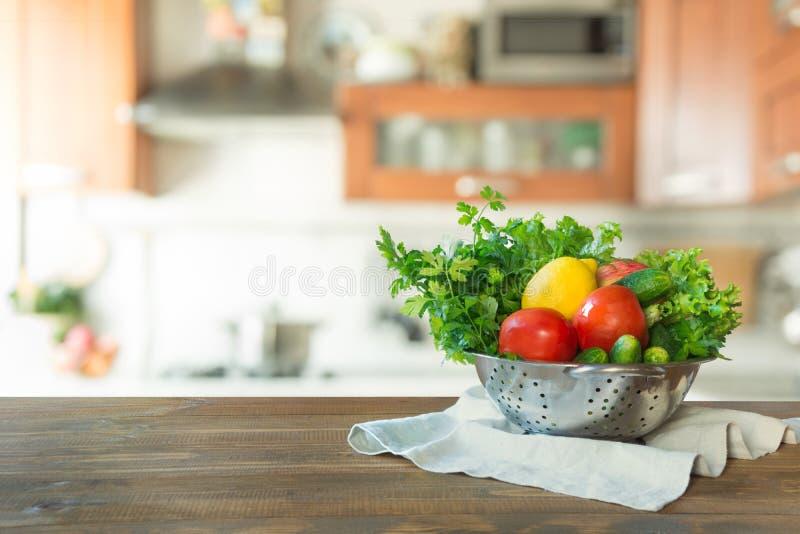 Σύγχρονη κουζίνα με τα φρέσκα λαχανικά ξύλινο tabletop, διάστημα για σας και τα προϊόντα επίδειξης στοκ εικόνα
