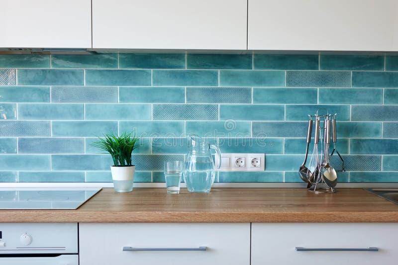 Σύγχρονη κουζίνα στο σπίτι με το σκεύος για την κουζίνα στοκ εικόνες με δικαίωμα ελεύθερης χρήσης