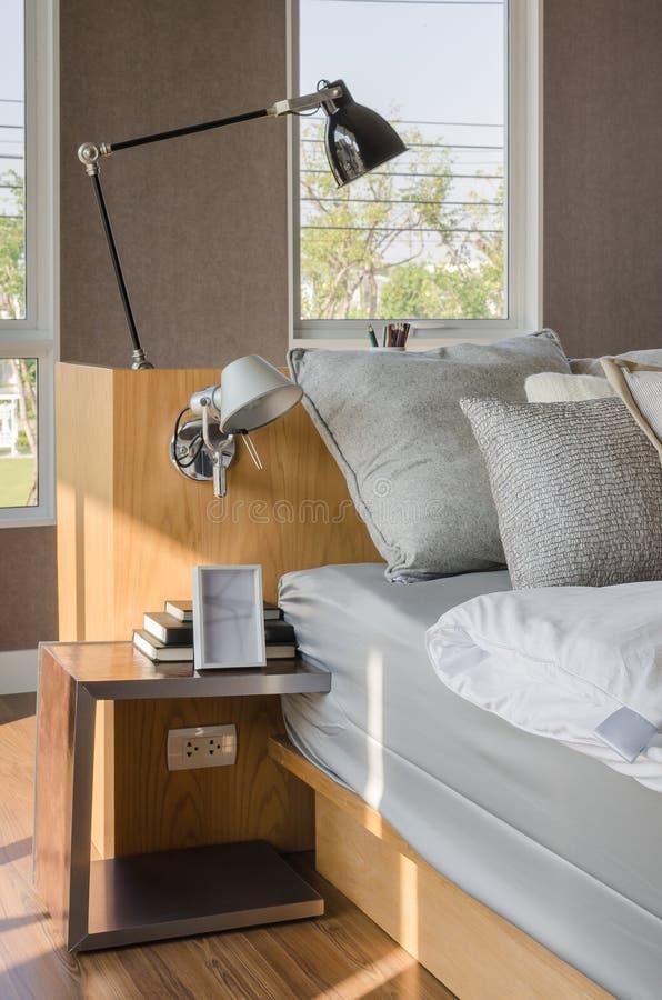 Σύγχρονη κρεβατοκάμαρα με την ξύλινη πλευρά κρεβατιών και πινάκων στοκ εικόνα με δικαίωμα ελεύθερης χρήσης