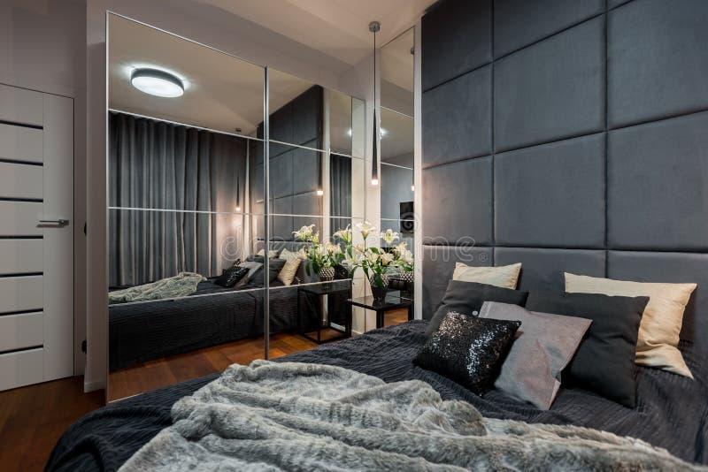 Σύγχρονη κρεβατοκάμαρα με το διπλό κρεβάτι στοκ φωτογραφία