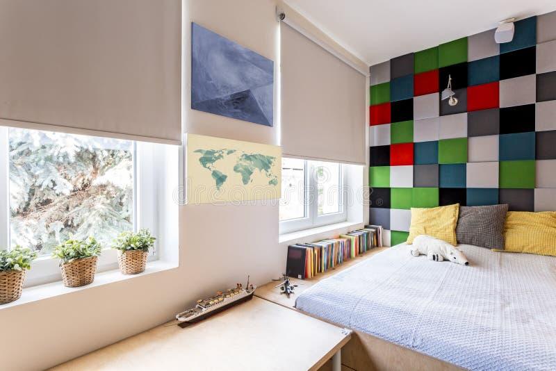 Σύγχρονη κρεβατοκάμαρα με το εγκατεστημένο κρεβάτι στοκ εικόνες