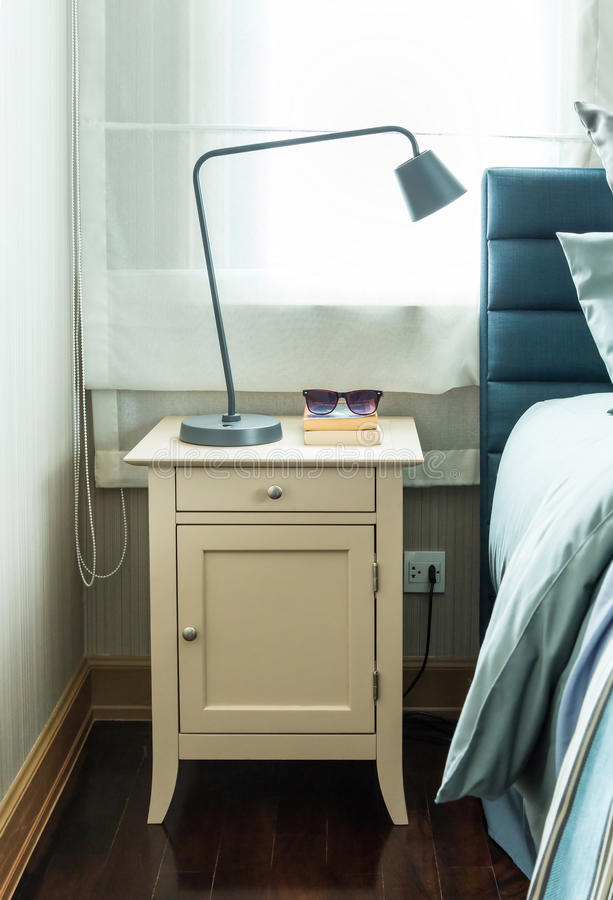Σύγχρονη κρεβατοκάμαρα με το μαύρο λαμπτήρα στοκ εικόνες