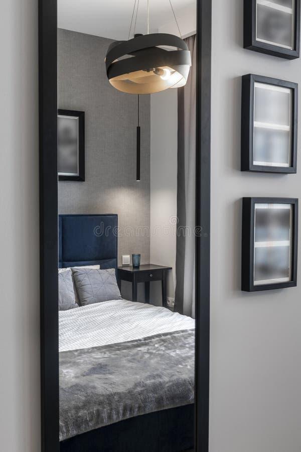 Σύγχρονη κρεβατοκάμαρα με το μπλε κρεβάτι στοκ φωτογραφίες με δικαίωμα ελεύθερης χρήσης