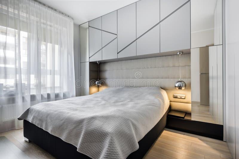 Σύγχρονη κρεβατοκάμαρα στην γκρίζα λήξη στοκ φωτογραφίες