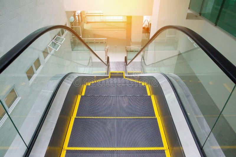 Σύγχρονη κυλιόμενη σκάλα στο εμπορικό κέντρο Κυλιόμενη σκάλα σε έναν αερολιμένα χωρίς τους ανθρώπους στοκ φωτογραφία με δικαίωμα ελεύθερης χρήσης