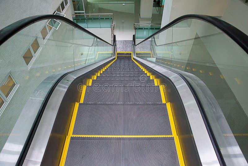Σύγχρονη κυλιόμενη σκάλα στο εμπορικό κέντρο Κυλιόμενη σκάλα σε έναν αερολιμένα χωρίς τους ανθρώπους στοκ εικόνες