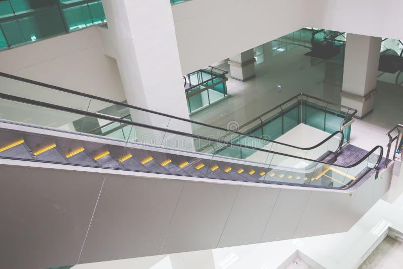 Σύγχρονη κυλιόμενη σκάλα στο εμπορικό κέντρο Κυλιόμενη σκάλα σε έναν αερολιμένα χωρίς τους ανθρώπους στοκ φωτογραφίες