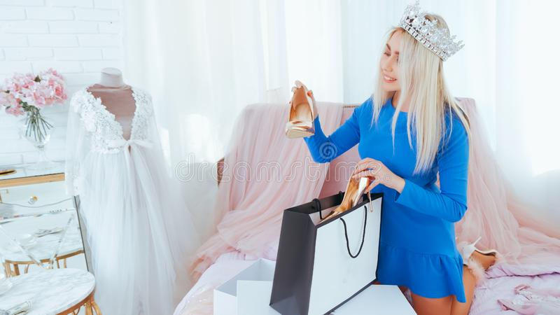 Σύγχρονη κυρία τρόπου ζωής πολυτέλειας που ανοίγει τα νέα παπούτσια στοκ φωτογραφίες