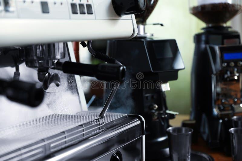 Σύγχρονη μηχανή καφέ στον καφέ, κινηματογράφηση σε πρώτο πλάνο στοκ εικόνα με δικαίωμα ελεύθερης χρήσης