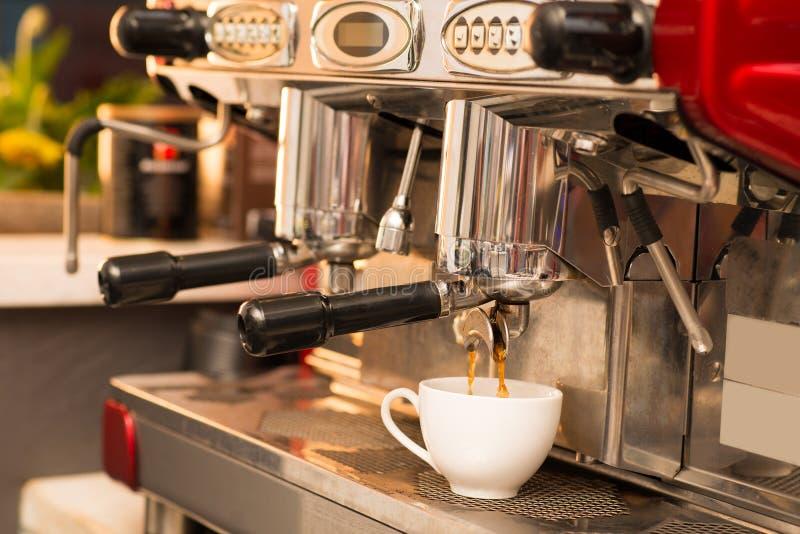 Σύγχρονη μηχανή καφέ στοκ εικόνες