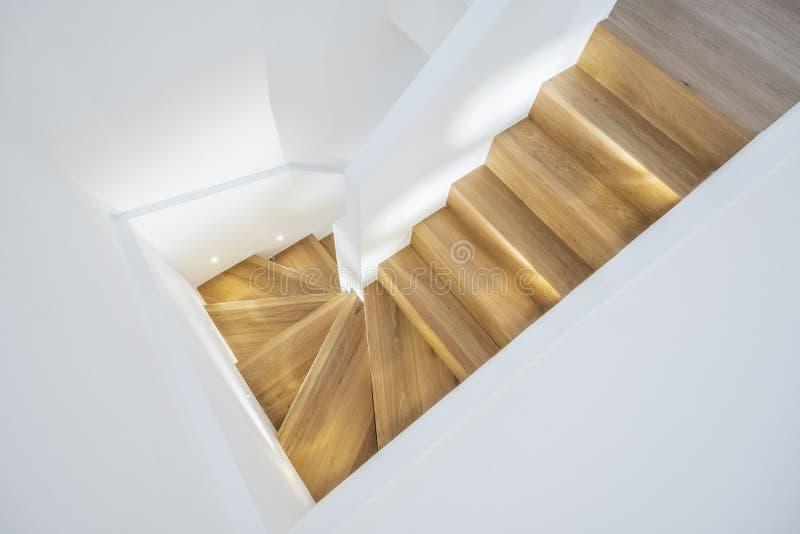 Σύγχρονη μινιμαλιστική σκάλα με τα ξύλινα βήματα στοκ φωτογραφίες