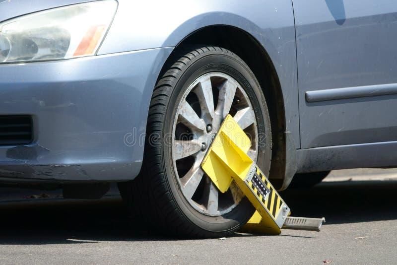 Σύγχρονη μπότα χώρων στάθμευσης με το αριθμητικό πληκτρολόγιο που στερεώνεται σε μια ρόδα αυτοκινήτων στοκ εικόνες με δικαίωμα ελεύθερης χρήσης