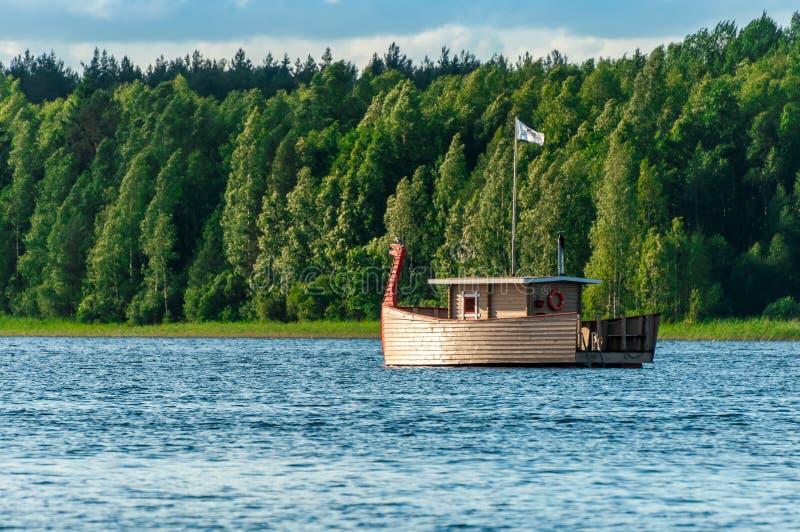 Σύγχρονη ξύλινη βάρκα, τυποποιημένο αρχαίο θωρηκτό με ένα κεφάλι δράκων ` s για την ψυχαγωγία των τουριστών στοκ εικόνες