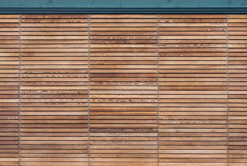 Σύγχρονη ξύλινη πύλη φιαγμένη από slats στοκ φωτογραφίες
