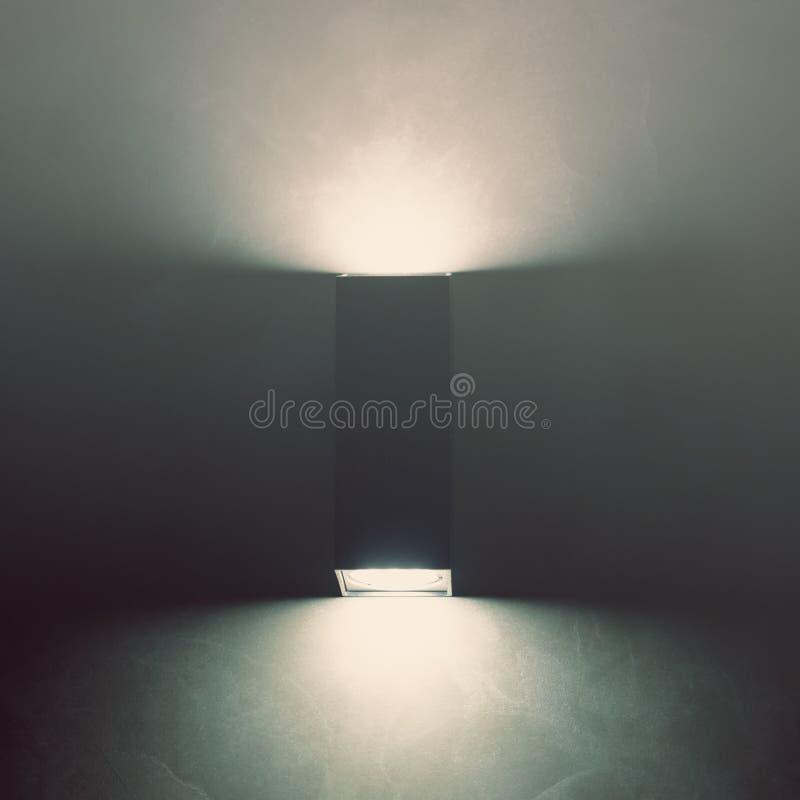 Σύγχρονη οδηγημένη λάμπα φωτός στον τοίχο του γραφείου τονισμένος αφηρημένη εικόνα στοκ φωτογραφίες