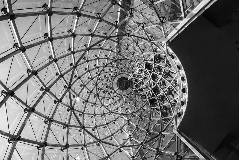 Σύγχρονη δομή προσόψεων γυαλιού χάλυβα περιστροφών λεπτομέρειας αρχιτεκτονικής στοκ εικόνα