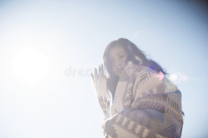 Σύγχρονη παραδοσιακή γυναίκα αμερικανών ιθαγενών στοκ εικόνες