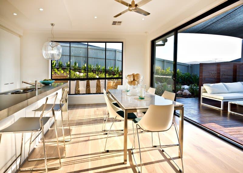 Σύγχρονη περιοχή κουζινών και να δειπνήσει στο ξύλινο πάτωμα στοκ εικόνα με δικαίωμα ελεύθερης χρήσης