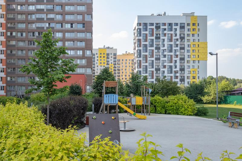"""Σύγχρονη πολυκατοικία με τις ζωηρόχρωμες προσόψεις στα περίχωρα της πόλης Κατοικημένος σύνθετος """"στο δάσος """", Μόσχα, Russi στοκ εικόνες"""