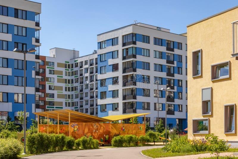 """Σύγχρονη πολυκατοικία με τις ζωηρόχρωμες προσόψεις στα περίχωρα της πόλης Κατοικημένος σύνθετος """"στο δάσος """", Μόσχα, Russi στοκ εικόνα"""
