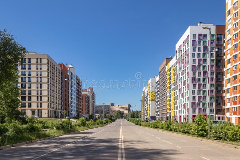 """Σύγχρονη πολυκατοικία με τις ζωηρόχρωμες προσόψεις στα περίχωρα της πόλης Κατοικημένος σύνθετος """"στο δάσος """", Μόσχα, Russi στοκ φωτογραφία με δικαίωμα ελεύθερης χρήσης"""