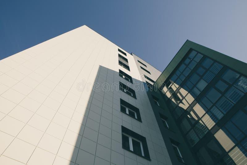 Σύγχρονη πολυκατοικία με το γυαλί ενάντια σε έναν μπλε ουρανό στοκ εικόνα με δικαίωμα ελεύθερης χρήσης