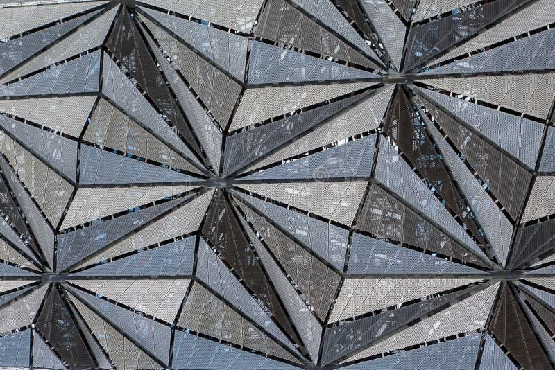 Σύγχρονη πρόσοψη αρχιτεκτονικής των επιτροπών πλέγματος στο τριγωνικό σχέδιο στοκ εικόνα με δικαίωμα ελεύθερης χρήσης