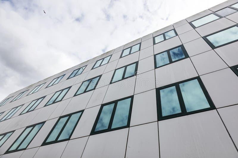 Σύγχρονη πρόσοψη των κτιρίων γραφείων και των αντανακλάσεων των σύννεφων στο W στοκ εικόνες με δικαίωμα ελεύθερης χρήσης