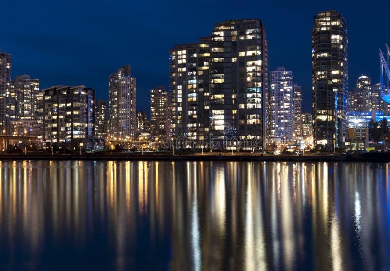Σύγχρονη πόλη στη νύχτα στοκ φωτογραφίες